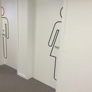 Folieillustration af toiletter lavet af skiltehus.dk