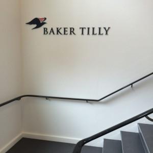 Baker Tilly facadeskilt lavet af www.skiltehus.dk