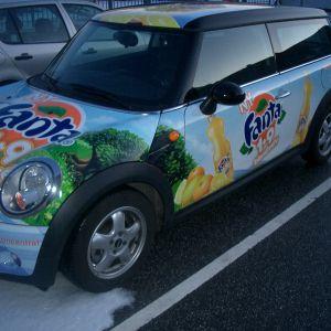 Bil pakket ind i folie. Reklame for Fanta