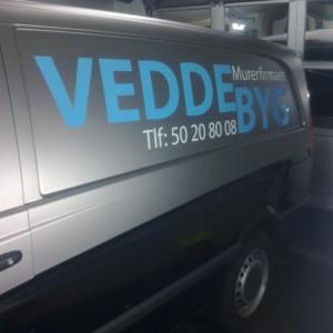 Arbejdesbil fra Murefirmaet Vedde Byg lavet af skiltehus.dk